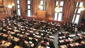 Les membres du Conseil de Paris siègent, le 27 septembre 2010 à l'Hôtel de Ville à Paris, lors de la séance d'examen du protocole d'indemnisation conclu entre les avocats de l'ancien président de la République Jacques Chirac et ceux de la municipalité dans le dossier des emplois fictifs. AFP PHOTO/JACQUES DEMARTHON